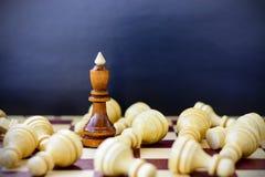 Concept de la direction, succès, motivation Pièces d'échecs sur le panneau Images stock