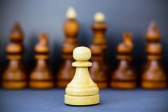 Concept de la direction, succès, motivation Pièces d'échecs sur le panneau Photographie stock libre de droits