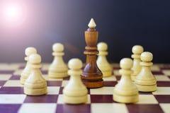 Concept de la direction, succès, motivation Pièces d'échecs sur le panneau Photos stock