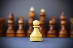 Concept de la direction, succès, motivation Pièces d'échecs sur le panneau Photos libres de droits