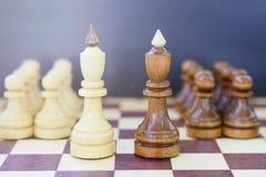 Concept de la direction, succès, motivation Pièces d'échecs sur le panneau Photographie stock
