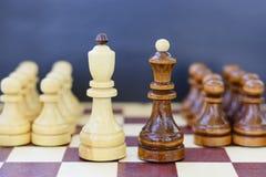 Concept de la direction, succès, motivation Pièces d'échecs sur le panneau Photo stock