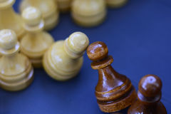 Concept de la direction, succès, motivation Pièces d'échecs sur le panneau Images libres de droits