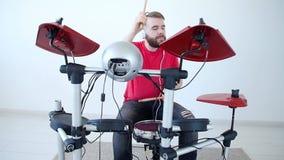 Concept de la fabrication de passe-temps et de musique Jeune homme jouant des tambours à la maison ou dans un studio d'enregistre banque de vidéos
