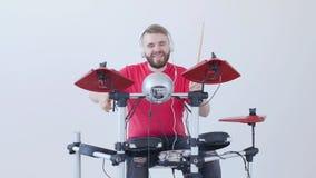 Concept de la fabrication de passe-temps et de musique Jeune homme jouant des tambours ? la maison ou dans un studio d'enregistre banque de vidéos
