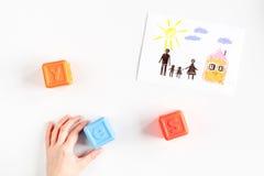 Concept de la famille avec des jouets sur la moquerie de bureau de vue  Photo stock