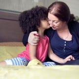 Concept de la famille de baiser d'amour de fille de mère Images stock