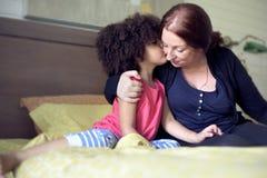 Concept de la famille de baiser d'amour de fille de mère Photos stock
