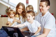 Concept de la famille Famille heureux avec l'ordinateur portatif à la maison photos libres de droits