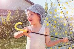 Concept de la famille heureux Fond d'activités en plein air Enfance photos stock