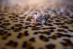 Concept de la famille heureux présentez par la figure miniature du père, Mot Photos libres de droits
