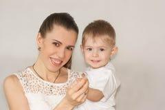 Concept de la famille Maman et chéri Sourire Photos stock