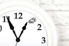 Concept de la flèche de prévisions météorologiques de l'apparence d'horloge au s images libres de droits