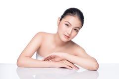 Concept de la jeunesse et de soins de la peau Femme asiatique de station thermale de beauté avec parfait photos libres de droits