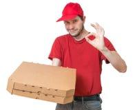 Concept de la livraison de pizza Le jeune homme donne la pizza savoureuse dans la boîte Photo libre de droits