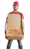 Concept de la livraison de pizza Le jeune homme montre la pizza savoureuse Images stock