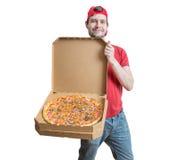 Concept de la livraison de pizza Le jeune type de sourire livre la pizza savoureuse Photo libre de droits