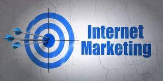 Concept de la publicité : vente de cible et d'Internet sur le fond de mur Photos libres de droits