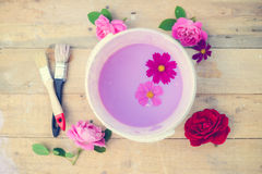 Concept de la rénovation avec la cuvette de couleur, fleurs Photographie stock