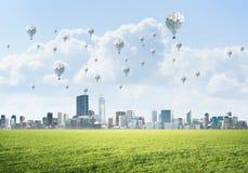 Concept de la vie de vert d'eco avec des aérostats volant au-dessus de la ville Image libre de droits