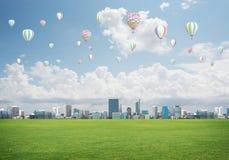 Concept de la vie de vert d'eco avec des aérostats volant au-dessus de la ville Photographie stock