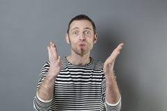 Concept de langage du corps pour le sourire d'homme de l'amusement 40s Images libres de droits