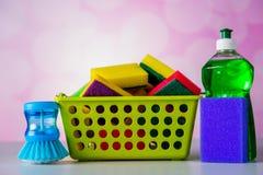 Concept de lavage et de nettoyage, ensemble de nettoyage sur le fond lumineux photographie stock libre de droits