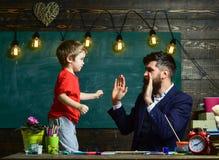 Concept de leçon d'art L'enfant gai et le professeur ont l'amusement pendant le dessin L'artiste doué passent le temps avec le fi images stock