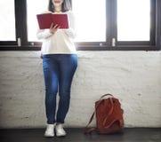 Concept de lecture de sac à dos de simplicité de style de femme Photo libre de droits