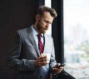 Concept de lecture rapide de message de Mobile Phone Text d'homme d'affaires Photos libres de droits