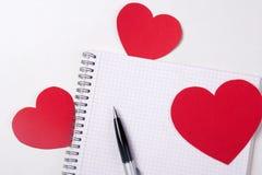 Concept de lettre d'amour - carnet avec des coeurs de stylo et de papier Photos stock