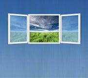 Concept de liberté d'hublot ouvert sur le mur bleu Photos stock