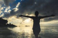 Concept de liberté et de bonheur Femme heureuse libre appréciant The Sun Image stock