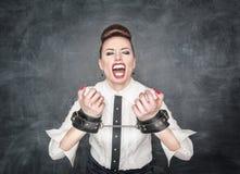 Concept de liberté Femme criarde d'affaires avec des menottes Photographie stock