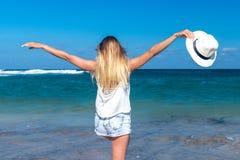 Concept de liberté Femme sexy sur une plage d'île de Bali Elle apprécie la nature sereine d'océan pendant des vacances de voyage photos stock