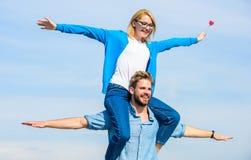 Concept de liberté Les couples dans l'amour ont plaisir à sentir le jour ensoleillé extérieur de liberté Date heureuse de couples Photo libre de droits