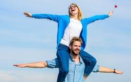 Concept de liberté Les couples dans l'amour ont plaisir à sentir le jour ensoleillé extérieur de liberté L'homme porte l'amie sur Images stock