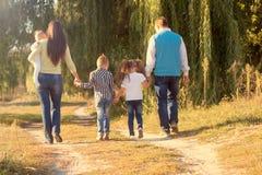 Concept de liens de famille Grande marche heureuse de famille Images libres de droits
