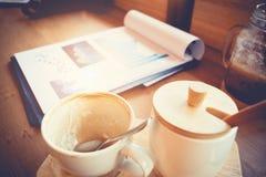 Concept de lieu de travail d'affaires : tasse de café vide avec des écritures Photo stock