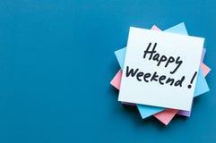 Concept de lieu de travail - bureau avec des notes au sujet de week-end heureux avec l'espace vide pour le texte, le calibre ou l Image stock
