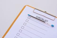 Concept de liste de contrôle - liste de contrôle, papier et un stylo avec l'OE de liste de contrôle Photo stock