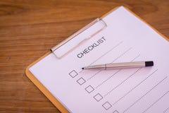 Concept de liste de contrôle - liste de contrôle, papier et un stylo avec l'OE de liste de contrôle Photos stock