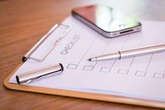 Concept de liste de contrôle - liste de contrôle, papier et un stylo avec l'OE de liste de contrôle Photographie stock libre de droits