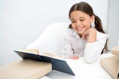 Concept de livre Livre de lecture heureux de sourire de fille Enseignez-vous à réserver Livre pour changer votre monde photographie stock