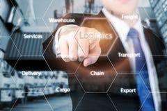 Concept de logistique avec la main d'homme d'affaires tenant le comprimé numérique s Photographie stock libre de droits