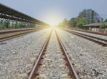 Concept de logistique Manière de rail menant à l'horizon Photos stock