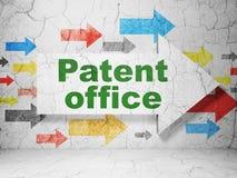 Concept de loi : flèche avec l'office des brevets sur le fond grunge de mur Photo libre de droits