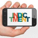 Concept de loi : Main tenant Smartphone avec l'acte d'accusation sur l'affichage illustration de vecteur