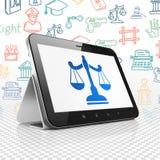 Concept de loi : Tablette avec des échelles sur l'affichage Images stock