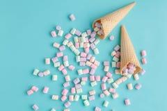 Concept de lovу de crème glacée, cône plat de gaufre de configuration sur le fond bleu simple Images stock